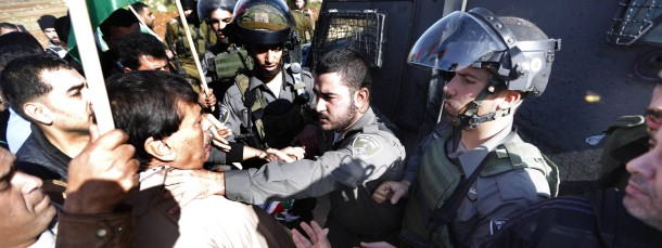 Ziad abu Ain wird an einem Kontrollpunkt von einem israelischen Soldaten am Hals gepackt.