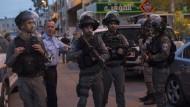 Israelische Polizisten sichern den Tatort eines Anschlags auf ein Patrouillenfahrzeug am Dienstag in Jerusalem.