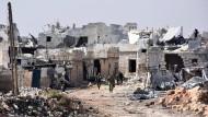 Syrische Soldaten im Dorf Minjan, das sie von Rebellen zurückerobert haben.