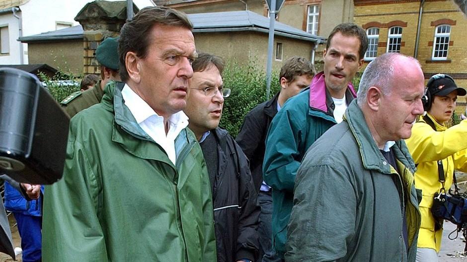 Flutkanzler: Gerhard Schröder besucht im Wahlkampf 2002 die überflutete sächsische Kleinstadt Grimma.