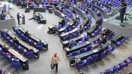 Bundeskanzlerin Angela Merkel (CDU) verlässt das Podium im Deutschen Bundestag.