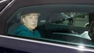 Den Triumph zur Bürde umgemünzt: SPD und Grüne befinden, die CDU-Vorsitzende und Bundeskanzlerin Angela Merkel müsse jetzt zusehen, wie sie eine Mehrheit zustande bringen wolle. Am Montagmorgen jedenfalls trug sie ein grünschimmerndes Jacket.