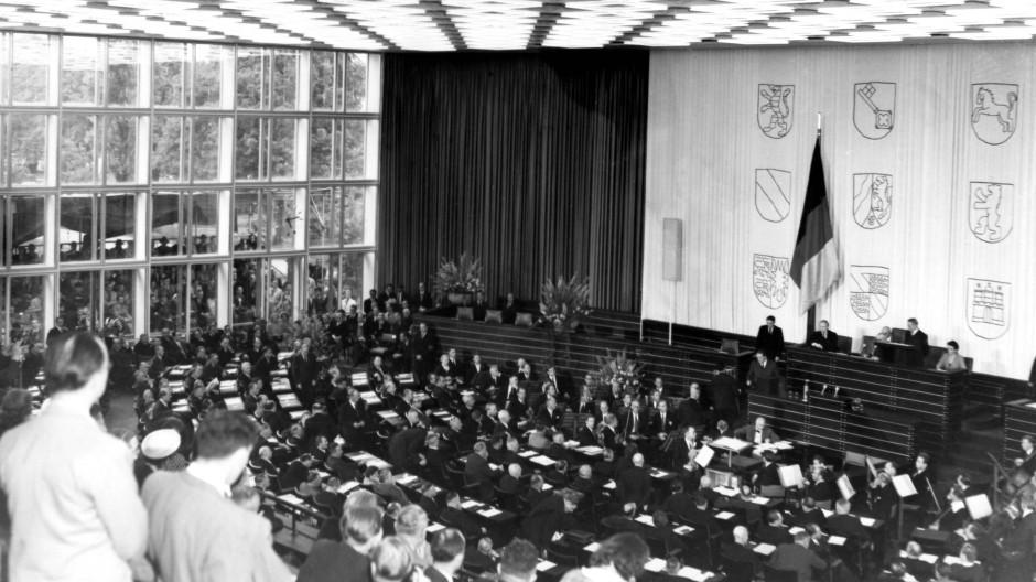 7. September 1949: Der erste Deutsche Bundestag in seiner konstituierenden Sitzung im Plenarsaal in Bonn