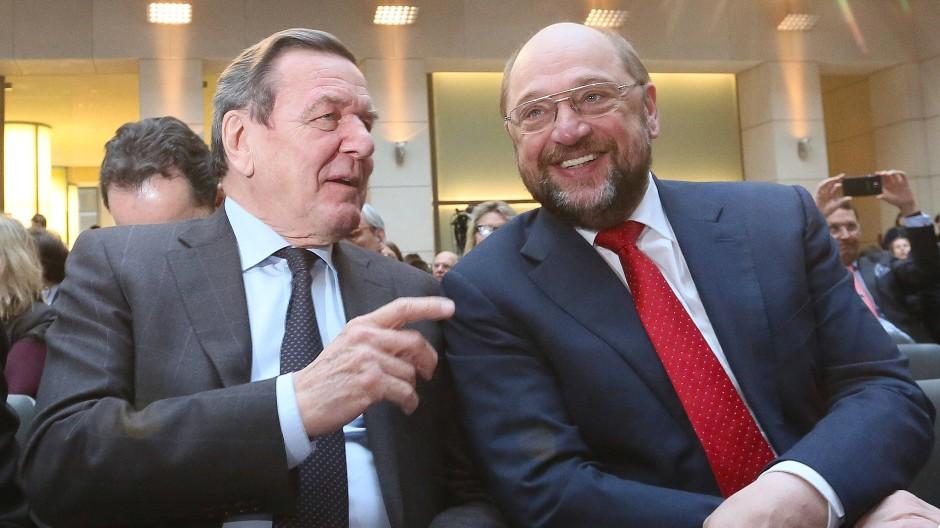 Kanzlerkandidat Martin Schulz (rechts) hat den ehemaligen Bundeskanzler Gerhard Schröder gebeten am Parteitag zu sprechen.