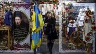 Eine Frau verlässt ein Geschäft mit traditionell ukrainischer Kleidung und Souvenirs in Kiew.
