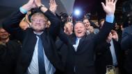 Der AfD-Vorsitzende Meuthen und der Berliner Spitzenkandidat Pazderski jubeln über das Ergebnis ihrer Partei in der Landtagswahl in Berlin.