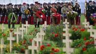 Soldaten der damals beteiligten Nationen legten Gedenkkränze am Soldatenfriedhof Thiepval nieder.