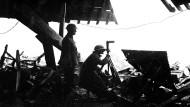 Vier Jahre nach der ersten Marneschlacht: Britische Soldaten nutzen ein deutsches Scherenfernrohr nach einem weiteren, hastigen Rückzug im Oktober 1918 bei Montfaucon