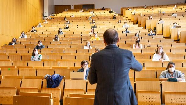Ministerin setzt auf Teilzeitstudenten und Teilzeitprofessoren