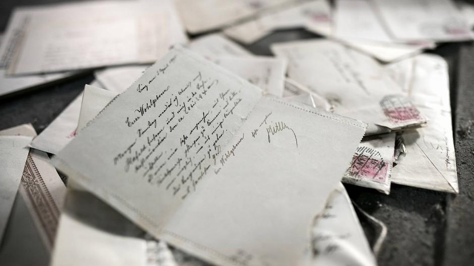 Quellenfund auf einem Dachboden: Ein dickes Bündel vergilbter Briefe Alois Hitlers in zeittypischer Kurrentschrift an den Straßenmeister Josef Radlegger.