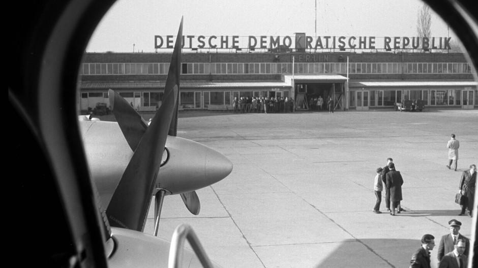 Im Osten etwas Neues: Berlin-Schönefeld, Zentralflughafen der Deutschen Demokratischen Republik, um 1960