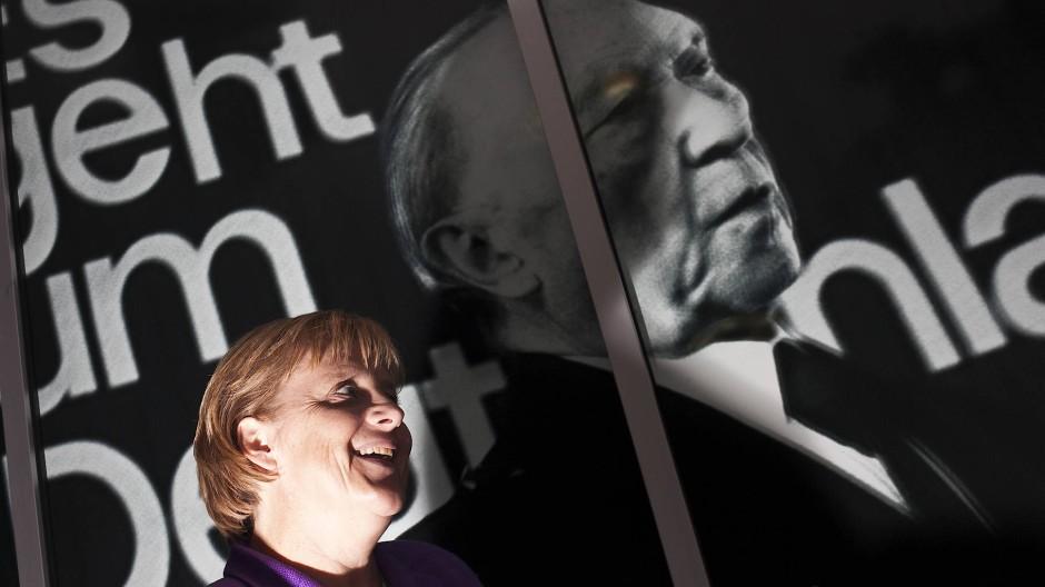Volkspartei der Mitte: Bundeskanzlerin Angela Merkel mit Bundeskanzler Konrad Adenauer im Bundestagswahlkampf 2009