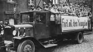 """Werbeautos des """"Stahlhelms"""", eines Verbunds radikaler Weltkriegsveteranen, demonstrieren in den Straßen Berlins 1929 für das Volksbegehren gegen den Young-Plan"""