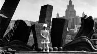 Ein Mädchen steht in Moskau vor einem Denkmal zu Ehren des Sieges im Zweiten Weltkrieg.