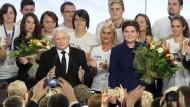Parteichef Kaczynski beglückwünscht Beata Szydlo zum Wahlsieg.