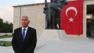 Thorbjörn Jagland bei einem Besuch des in der Putschnacht zum Teil zerstörten türkischen Parlaments in Ankara.