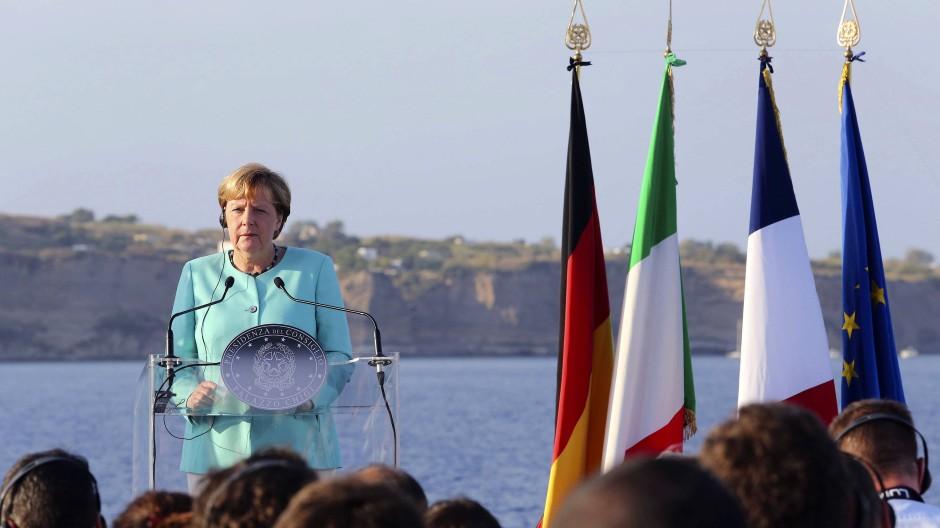 Das wird in den nächsten Tagen ein gewohnter Anblick: Kanzlerin Merkel vor den Flaggen europäischer Staaten.