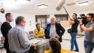 Der hessische Ministerpräsident Volker Bouffier gibt seine Stimme bei der Europawahl am Sonntag in Gießen ab.