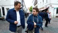 Auf in den Kampf: Weil er der Vorsitzende der Jusos ist, sitzt Kevin Kühnert (rechts, hier mit Lars Klingbeil, beide SPD) auch im Parteivorstand. Er führt, anders als Politiker der Partei, die Ministerposten innehaben, oftmals die Debatte an.