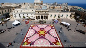 Auf Malta bringt die Polizei die Wahlzettel