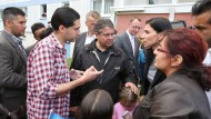 Die Partei zusammenhalten: Sigmar Gabriel (SPD, Mitte) Ende Juli in einer Flüchtlingsunterkunft in Wolgast in Mecklenburg-Vorpommern