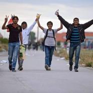 Flüchtlinge, die von Ungarn aus die Grenze überqueren, freuen sich über ihre Ankunft in Österreich.