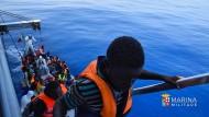 Dem Tod entronnen: Diese Migranten hat die italienische Flüchtlinge am Mittwoch vor Sizilien gerettet.