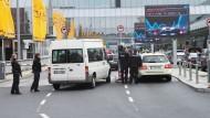Polizisten mit Maschinenpistolen patrouillieren am Frankfurter Flughafen
