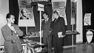 Ein Informationsstand der Abteilung Werbung und Propaganda mit Plakaten während des Godesberger Parteitags.