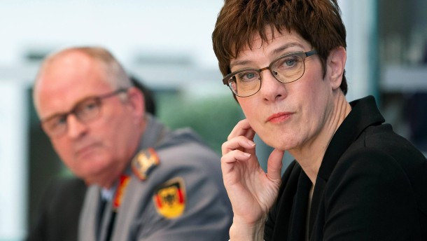 Kramp-Karrenbauer wirft SPD Schwächung Deutschlands vor