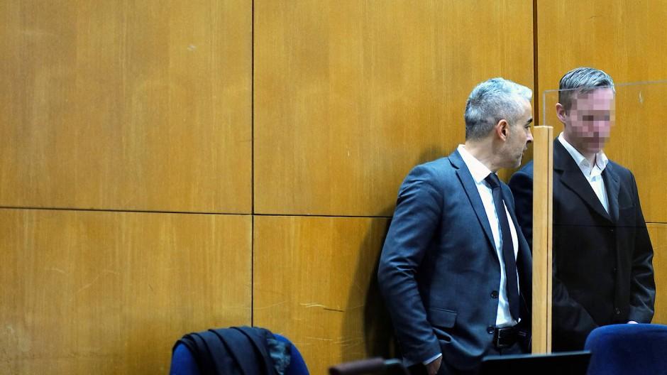 Der Hauptangeklagte Stephan E. und sein Anwalt Mustafa Kaplan im Gerichtssaal des Frankfurter Oberlandesgerichtes