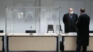 Der leere Platz für die Angeklagte im Gerichtssaal in Itzehoe am Donnerstag