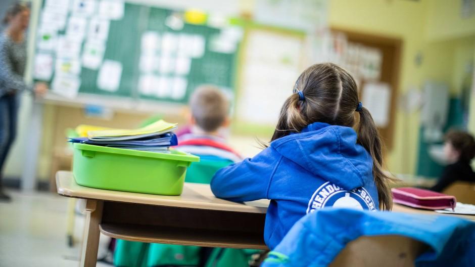 Schüler einer Grundschule in Nordhrhein-Westfalen sitzen im Juni mit Abstand in ihrem Klassenraum. (Archivbild)