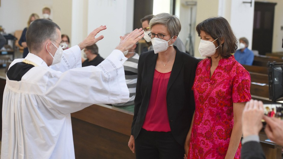Homosexuelle Paare trotz Verbots des Vatikans gesegnet