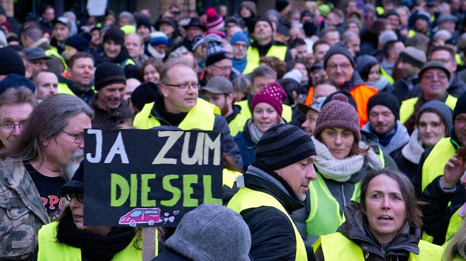 Jetzt auch in Stuttgart angekommen: Bürger mit Gelbwesten demonstrieren gegen Fahrverbote für den Diesel.