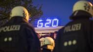 """Polizeikräfte vor dem Kulturzentrum """"Rote Flora"""": Wie korrekt haben sie bei G-20 gehandelt?"""