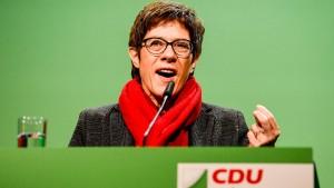 Kramp-Karrenbauer für harte Migrationspolitik