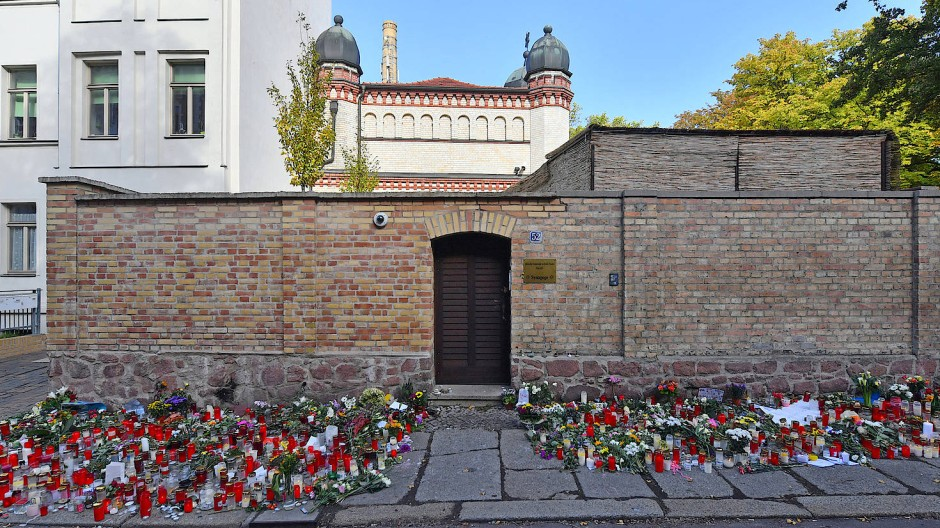 Der Eingang der Synagoge in Halle im Oktober
