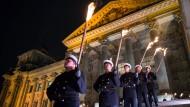 Die Bundeswehr feierte ihr 60-jähriges Bestehen mit einem Großen Zapfenstreich vor dem Reichstag.