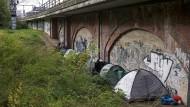 In der Hauptstadt zelten Obdachlose aus Osteuropa neben den S-Bahn Gleisen im Stadtpark Tiergarten schon seit Monaten.