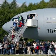 Bedingt einsatzfähig: Besucher besichtigen einen Bundeswehr-Airbus A310 MRTT am Tag der offenen Tür beim Jagdgeschader 73 im August in Rostock