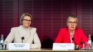 Konnten eine Einigung verkünden: Anja Karliczek (l., CDU), Bundesministerin für Bildung und Forschung, und Eva Quante-Brandt (SPD), Vorsitzende der Gemeinsamen Wissenschaftskonferenz und Bremer Wissenschaftssenatorin