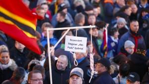 """Anhänger tragen Galgen """"für Merkel und Gabriel"""" durch die Stadt"""