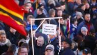 Anhänger tragen Galgen für Merkel und Gabriel durch die Stadt
