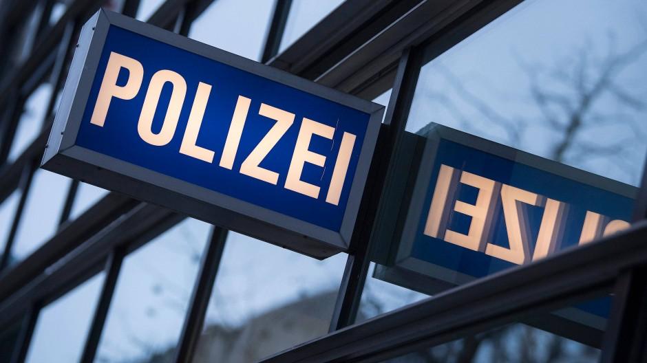 """Offene Fragen im """"NSU 2.0""""-Fall: Hat der Tatverdächtige zufällig in jenem Frankfurter Polizeirevier angerufen, in dem eine Chatgruppe mit rechtsextremen Inhalten aufgedeckt wurde?"""
