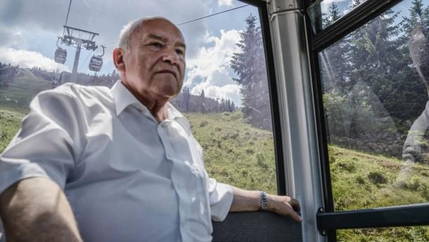 Ernst Hinsken - Der CSU-Bundestagsabgeordnete für die Stadt Straubing und die  Landkreise Straubing-Bogen und Regen präsentiert die Schönheiten seiner Heimat, darunter auch die regionale Glasbläser-Wirtschaft.