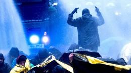 Polizei setzt Wasserwerfer gegen AfD-Gegner ein