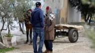 In Oueslatia, Tunesien: Mustafa Amri, der Vater von Anis, im Gespräch mit einem der Brüder, Walid.