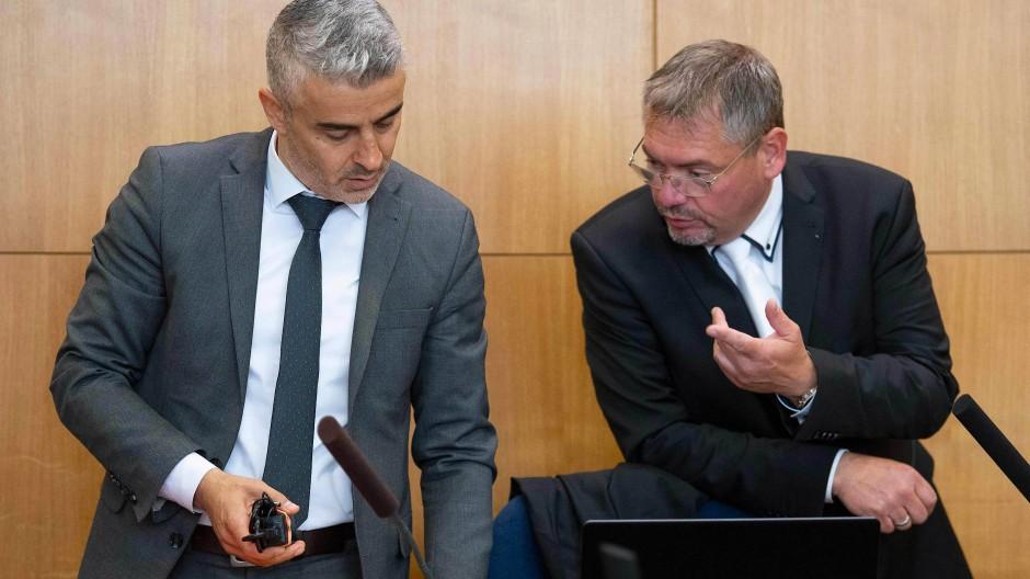 Die Verteidiger von Stephan E., Mustafa Kaplan und Frank Hannig im Juni im Gericht in Frankfurt