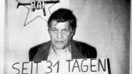 Das Zeichen der Roten Armee Fraktion im Hintergrund, ein Schild um den Hals: am 8. Oktober 1977 geht ein RAF-Foto des entführten Arbeitgeberpräsidenten Hanns Martin Schleyer um die Welt.